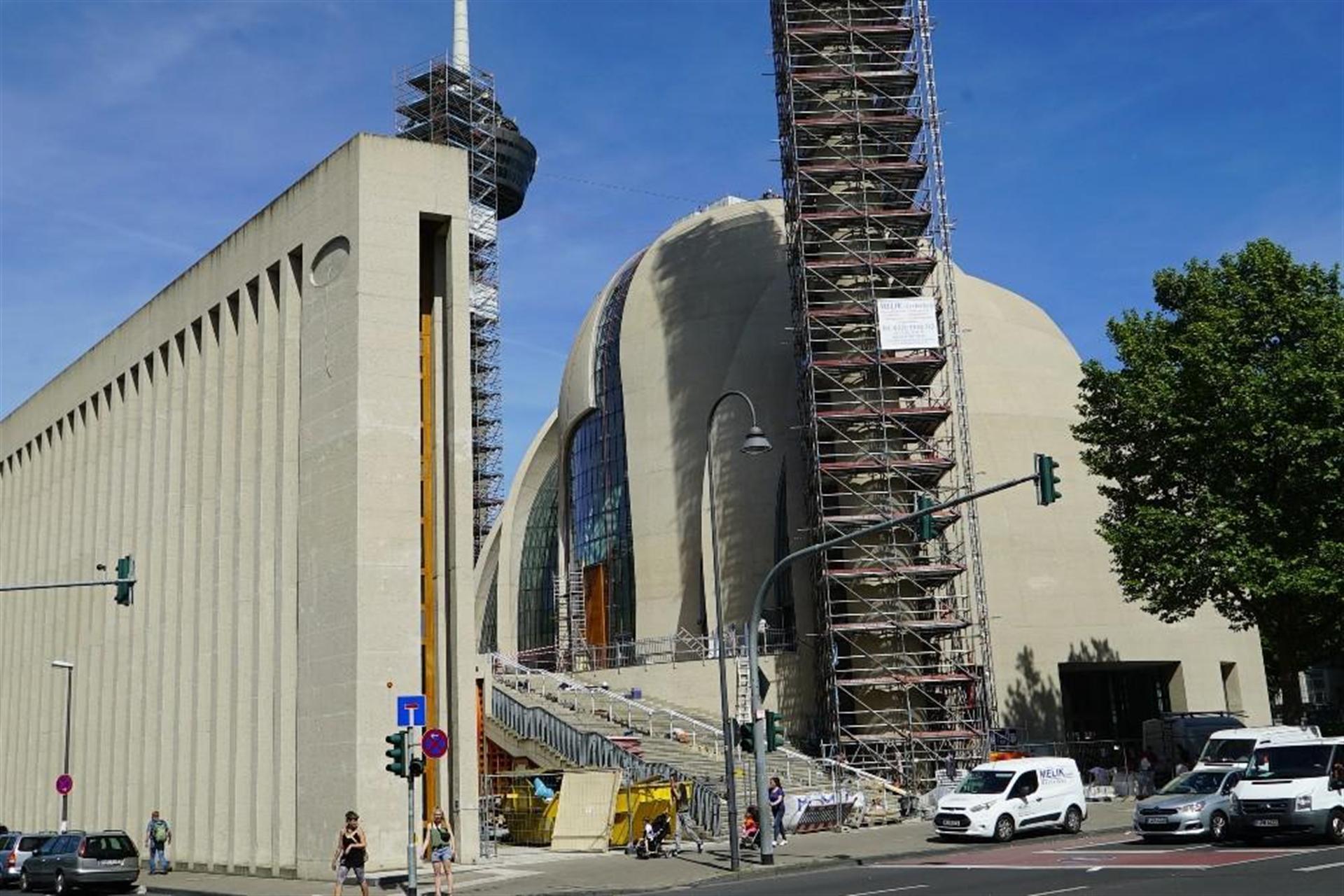 Köln DİTİB Camiinin hilalleri takıldı
